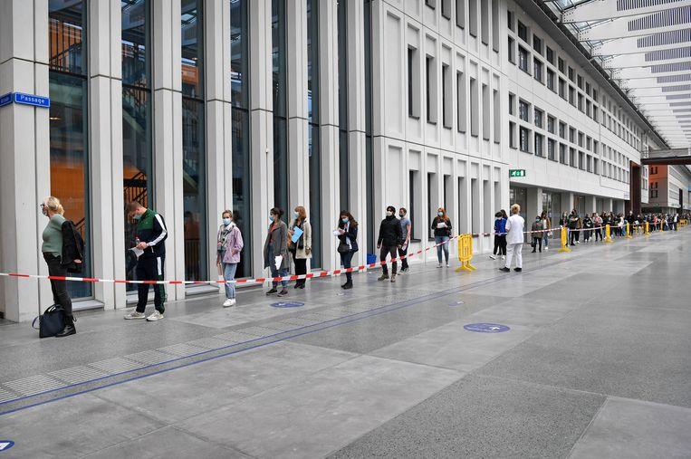 Een rij wachtenden voor het Moderna-vaccin van het Erasmus MC.  Beeld Marcel van den Bergh / de Volkskrant