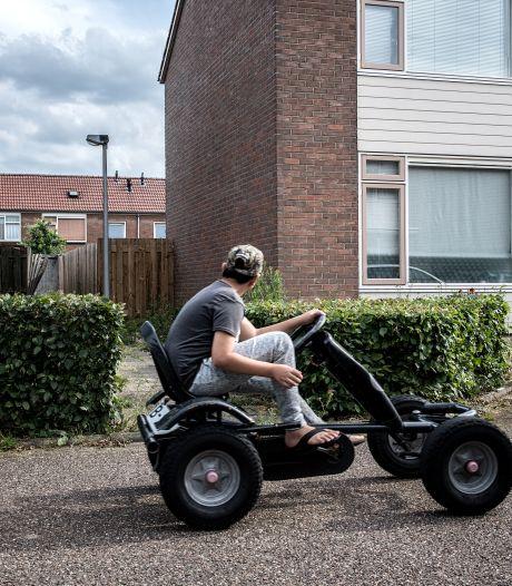 In de straten van de verdachten van aanslag op De Vries is het opvallend druk: 'Veel volk dat ik anders nooit zie'