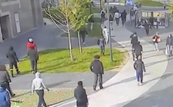 Des caméras de surveillance ont filmé les dizaines de jeunes en train de courir après le policier en civil.