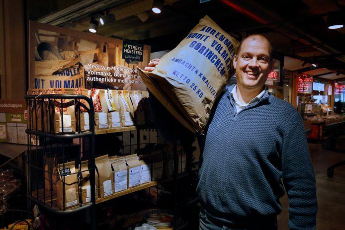 Supermarkteigenaar Elbert van den Doel bij de bakkerskast die hij speciaal kocht voor het meel van Gorcumse molen Nooit Volmaakt.
