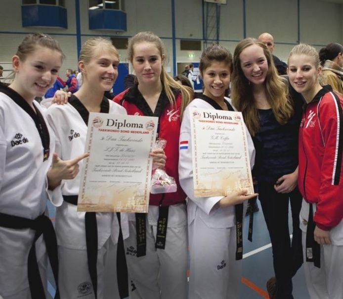 Lotte de Haas en Gabriëlle Coffa met hun diploma. foto Paulien Tabak