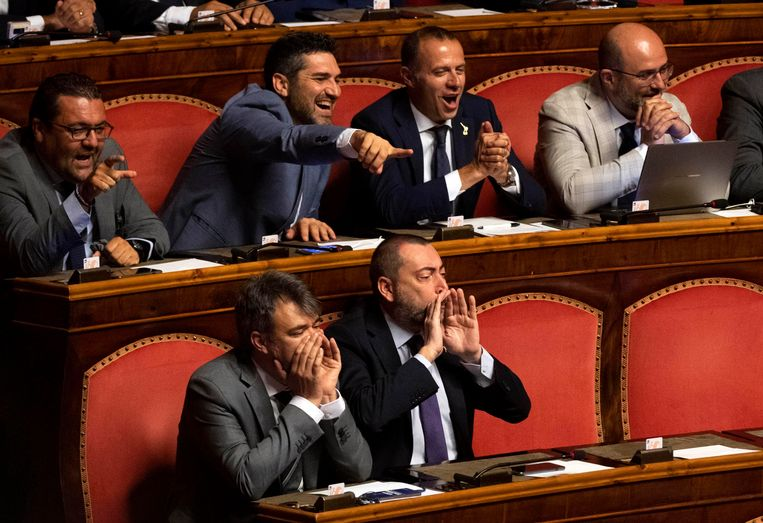Senatoren van Lego schreeuwen Conte toe na diens mededeling. Beeld AP