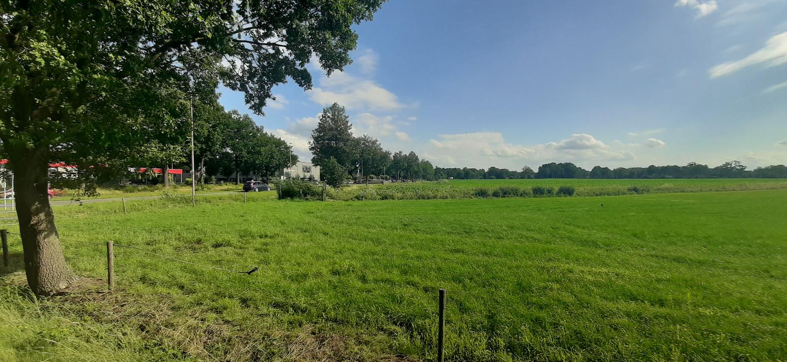 Het Tuunterveld bij Winterswijk, gezien vanaf de Mentinkweg. Links de rand van het dorp en de Rondweg-West, rechts het beoogde bedrijventerrein.