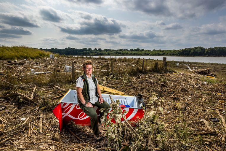 """Niki Jasper, boswachter van Staatsbosbeheer, langs de Maas in Itteren. """"Hoe krijgen we dat afval allemaal weer weg?"""" Beeld Marcel van Hoorn"""
