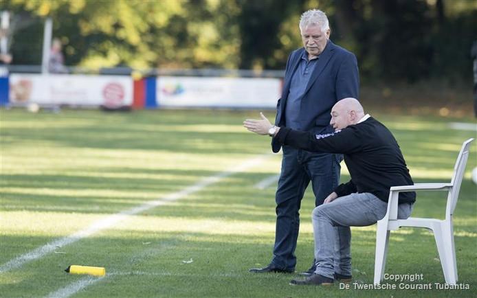 Henk Middelhof in gesprek met de trainer van Sportlust Glanerbrug