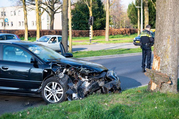 Een Rotterdammer scheldt ambulancepersoneel de huid vol na een ongeluk in Tilburg.