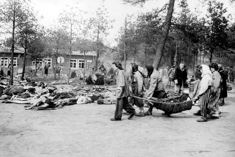 Vrouwen in Bergen-Belsen begraven slachtoffers die het concentratiekamp niet overleefd hebben. Beeld AFP