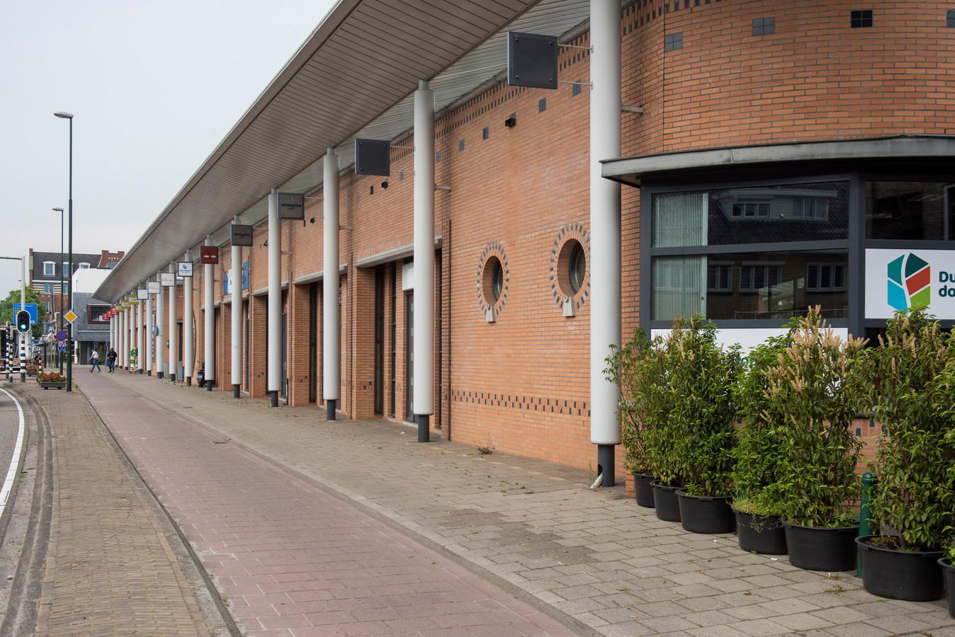 Waalre gaat ervan uit dat het noordelijke poortgebouw bij winkelcentrum Den Hof  gesloopt kan worden, zodat er een terras voor in de plaats kan komen.