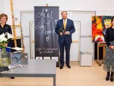 Koning Willem-Alexander ontvangt in Uden eerste 'Lief Dagboek' vol aangrijpende coronaverhalen