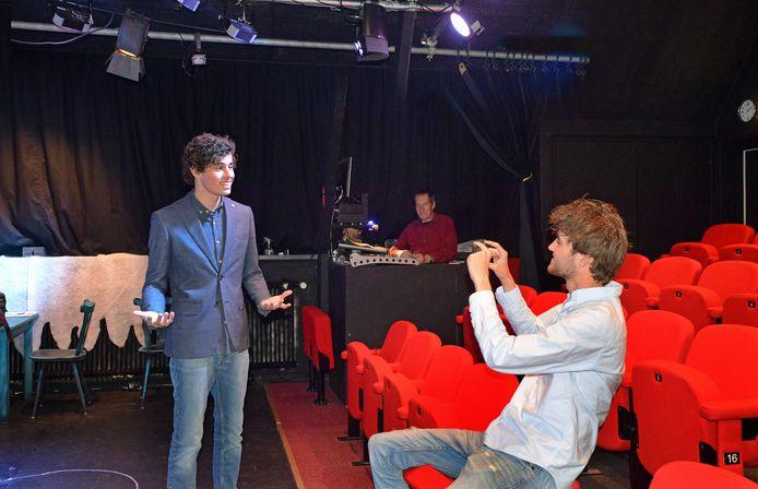 Jelt Pekaar(l) en Anton de Vlieger tijdens opnamen voor het campagnefilmpje in Theater De Verdieping. Op de achtergrond Cees Möhlmann, regisseur bij Theatergroep Zierik.