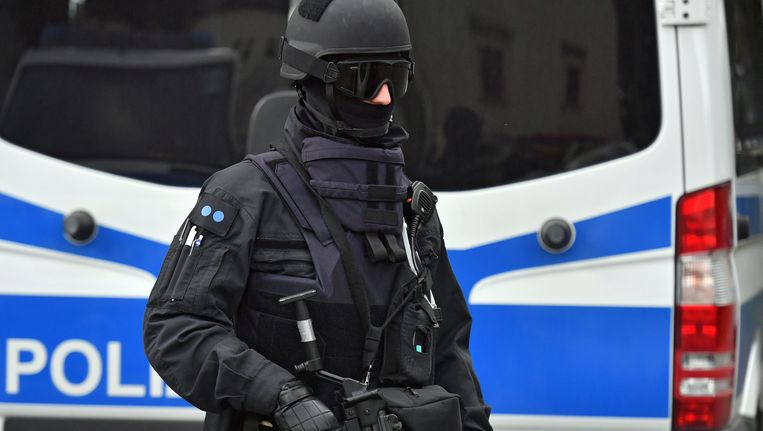 Een zwaarbewapende agent van een Duits arrestatieteam bij huiszoekingen in het salafistische milieu. Foto uit oktober 2016. Beeld EPA