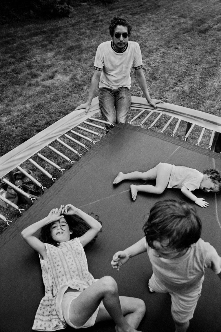 Bob Dylan met kinderen (1970). Beeld ©Elliott Landy / Magnum Photos