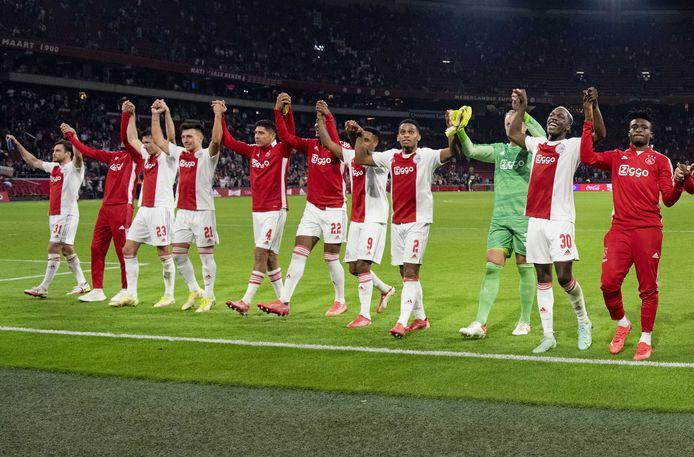 Ajax-spelers groeten de fans na de monsterzege tegen Cambuur.