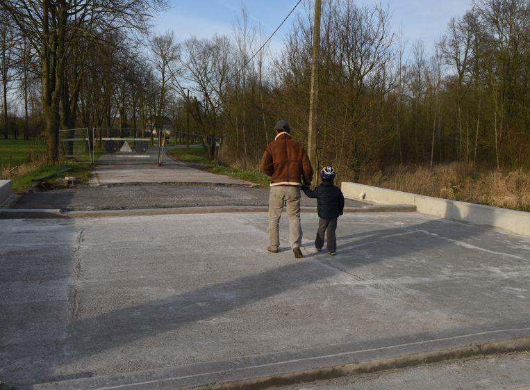 Enkele wandelaars maken al even gebruik van de brug, die nog enkele kleinere ingrepen nodig heeft.