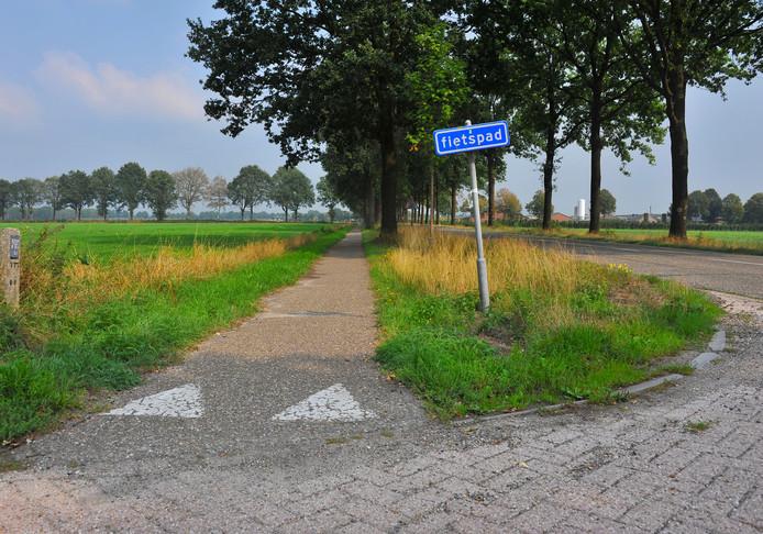 Het fietspad aan de Dr. de Quayweg in De Mortel is dringend aan vervanging toe. foto Nienke vd Kruijs