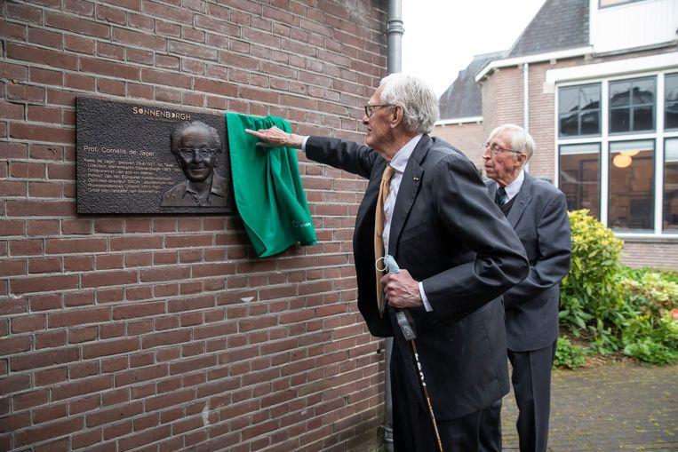 De onthulling van de plaquette ter gelegenheid van de honderdste geboortedag van Kees de Jager aan de Utrechtse sterrenwacht Sonnenborgh. Beeld Marieke Wijntjes