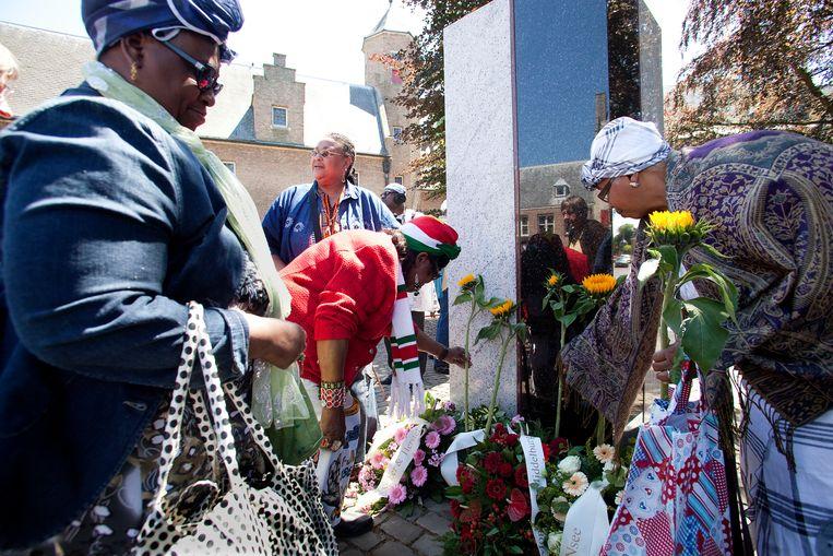 Kranslegging bij het slavernijmonument in Middelburg.  Beeld Hollandse Hoogte