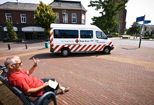 De vertrouwde Vleermoesbus is tijdelijk vervangen door een leenexemplaar van het Rode Kruis. Foto Michel Beskers
