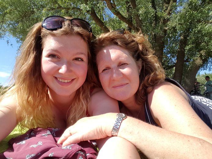 Maïlys met haar mama Jasmijn op vakantie in Flevoland. De foto werd genomen in mei van dit jaar, enkele weken voor haar dood.