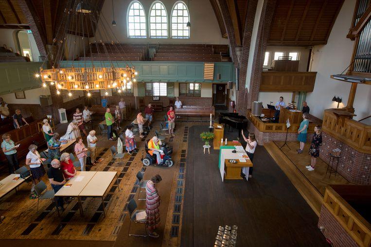Een dienst in de Nassaukerk in Amsterdam, waar het inloophuis voor mensen die nergens terechtkunnen in coronatijd werd verplaatst naar het kerkgebouw.  Beeld Hollandse Hoogte / Maartje Geels