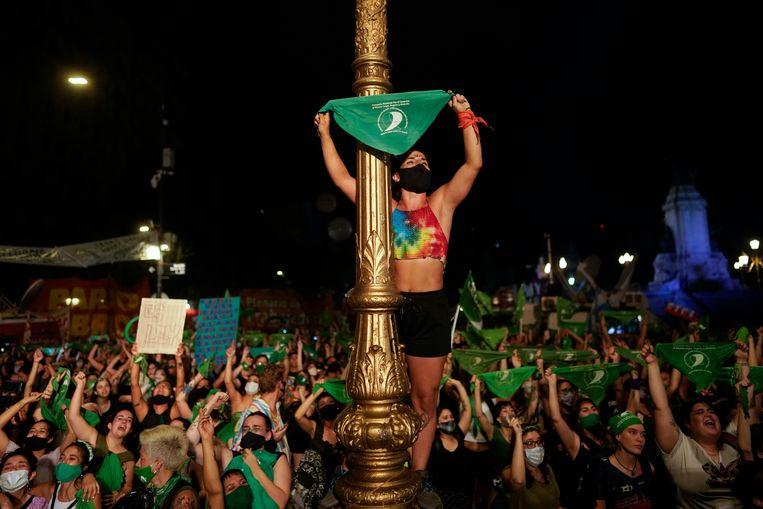 Argentijnen vieren feest op het plein voor het parlement in Buenos Aires nadat de senaat een wet heeft aangenomen die abortus legaliseert.  Beeld AP