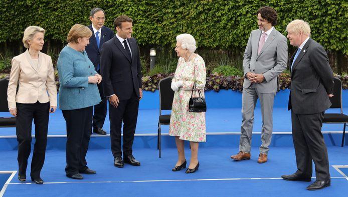 De Britse Queen Elizabeth poseert met de staatshoofden van de zeven economisch sterkste landen. (Photo by JACK HILL / POOL / AFP)