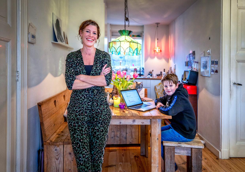 Astrid Jacobs en haar zoon Jasper. Beeld Raymond Rutting / de Volkskrant