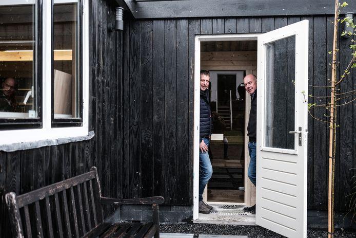 Rudi Polman (rechts) met eigengemaakte  sauna en zwager(links).