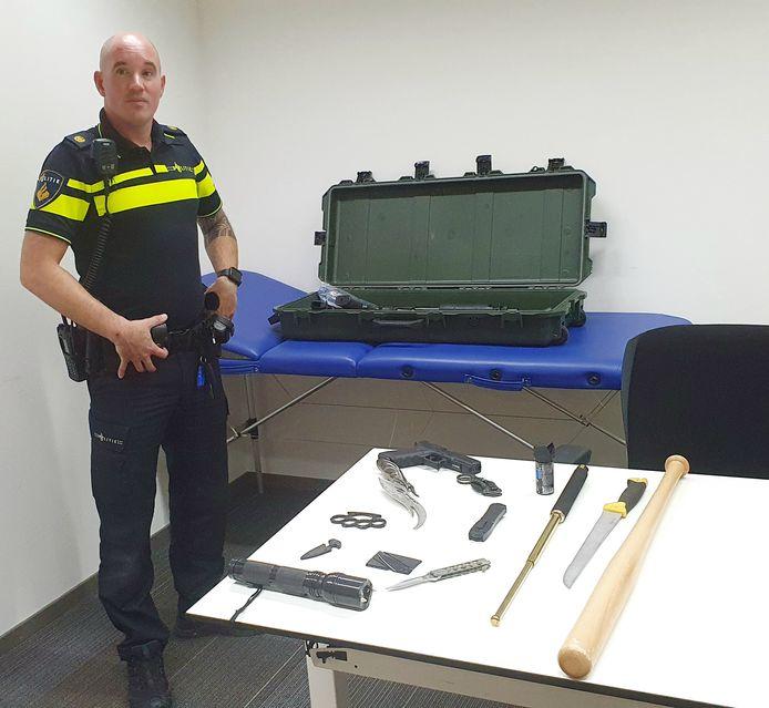 Stijn van Breemen toont messen, vuurwapens en slag- en stootwapens die de politie de afgelopen drie weken in beslag heeft genomen. Let wel: het betreft geen wapens die gisteren zijn ingeleverd.