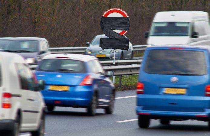 Op veel plaatsen in Nederland, zoals hier op de A59 bij de afslag Oss-West, staan de nieuwe snelheidsborden met het lagere maximum al klaar