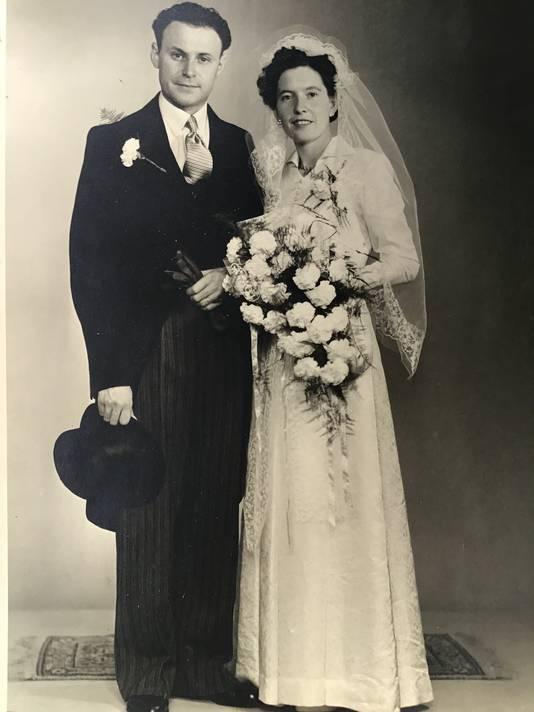 Piet en Gonny Knapen uit Deurne tijdens hun bruiloft in 1965.