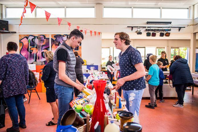 Lars Dolk en Damien Leeuwen in de 'winkelruimte' van het Pro College in Bemmel. Maandag wordt er begonnen met de ver- en aanbouw van de school aan de Sportlaan in Bemmel, die er vooral praktijkruimte bijkrijgt.