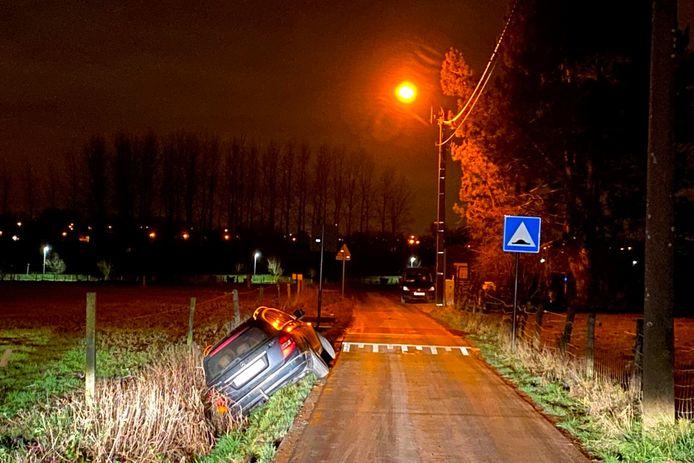 De Mercedes raakte in de Lindekouter in Mere van de baan af en schoof zo de gracht in.