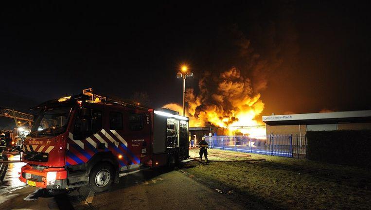 Brandweerlieden bestrijden de brand die woedt bij chemisch bedrijf Chemie-Pack op het industrieterrein aan de Vlasweg in Moerdijk. Foto ANP Beeld anp