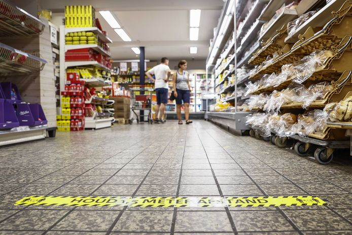 Coronamaatregelen in supermarkt Berning. De Veiligheidsregio besloot dat de winkel moet sluiten, wegens het herhaaldelijk overtreden van de coronaregels.