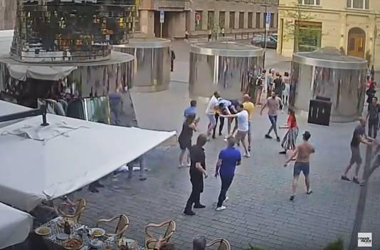 Een groep van zeven Nederlanders is opgepakt in Praag omdat zij een ober het ziekenhuis in zouden hebben geschopt. De reden van de mishandeling was dat de ober zei dat ze niet hun zelf meegenomen alcohol op het terras mochten drinken.