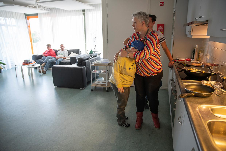 Bewoners van de Ingelandhof van Philadelphia (woonlocatie voor mensen met een verstandelijke beperking) helpen mee met het koken.  Per verdieping wordt gezamenlijk een menu gekozen, bereid en gegeten. Op de foto begeleidster Janine. Beeld Harry Cock - De volkskrant
