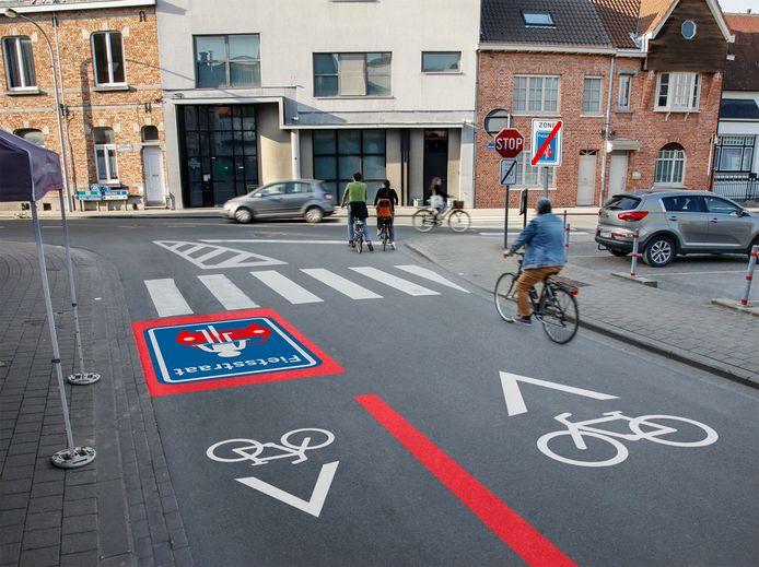Duivenstraat: op het einde gaan fietsers vanaf de Speldenstraat mogen inrijden. Nu mag dat niet. Het verkeer in de richting Speldenstraat zal niet meer kunnen aanschuiven op twee vakken.