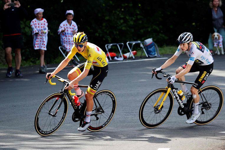 Tadej Pogacar op weg naar Luz-Ardiden in de Pyreneeën. De Deen Jonas Vingegaard volgt.  Beeld AFP
