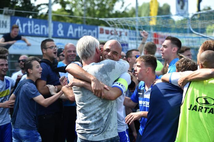 Jannes Tant omhelst aanvoerder Reguillo Vandepitte nadat de promotie is veiliggesteld.