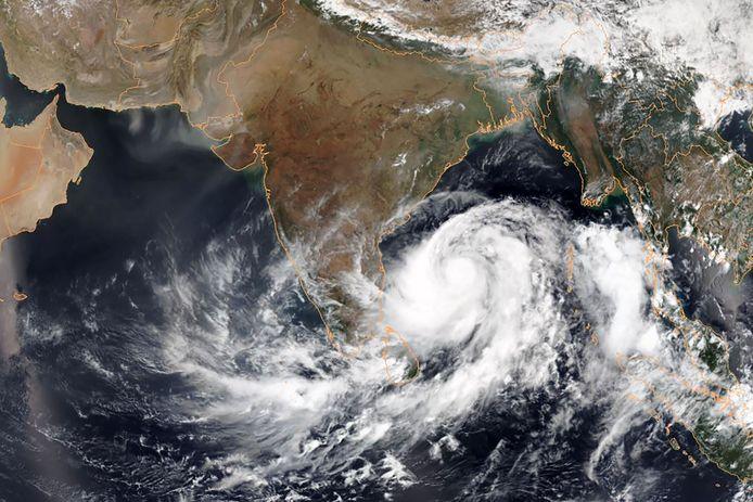 Satellietfoto van de zware cycloon Fani.