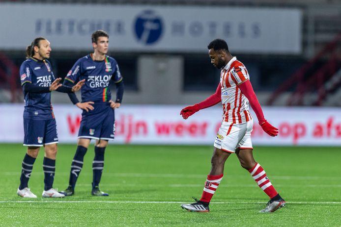 NEC'ers Edgar Barreto (links) en Cas Odenthal zien de aftocht van Ruben Roosken van TOP na diens rode kaart vorig seizoen.