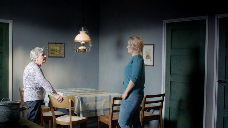 Scène uit De erfenis van een verzetsheld: dochter Trijneke en achterkleinkind Noor praten over oorlogsheld Johannes Post. Beeld VPRO