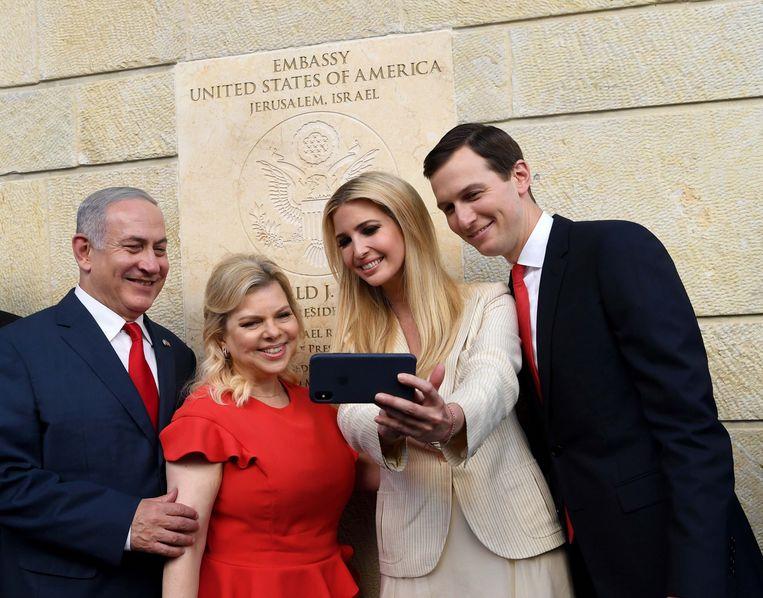 De Israëlische premier Benjamin Netanyahu, diens vrouw Sara, Ivanka Trump en diens man Jared Kushner (v.l.n.r.) bij de opening van de Amerikaanse ambassade in Jeruzalem gisteren. Beeld Photo News