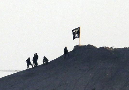 In de strijd om de Noord-Syrische stad Kobane, bij de Turkse grens, heeft Islamitische Staat zijn zwarte vlag gehesen op een strategische berg nabij de stad.
