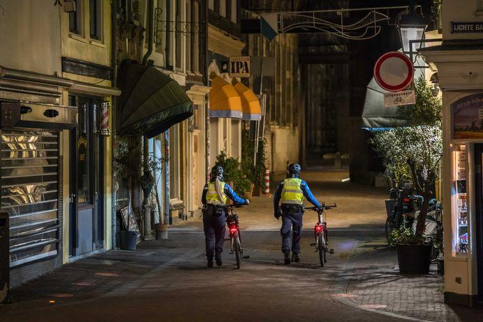 Handhavers lopen door het centrum van Utrecht.