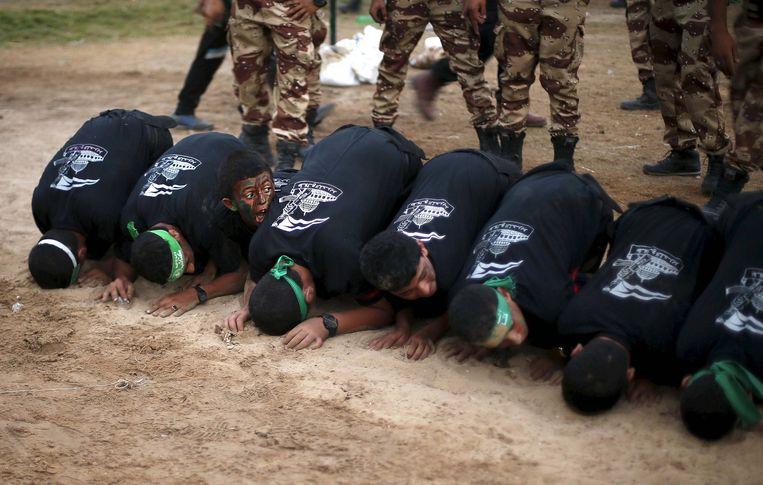 Jonge Palestijnen vormen een obstakel om overheen te springen tijdens een afstudeerceremonie van een Hamas zomerkamp, georganiseerd in de schoolvakantie, Gaza-Stad, augustus 2015. Beeld Reuters