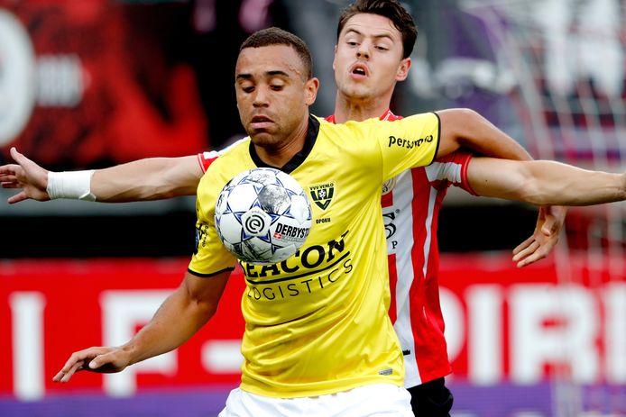 Johnatan Opoku houdt PSV'er Dirk Abels van de bal.