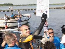 Ontvangst Maarten van der Weijden in Waspik met spandoeken, vlaggen en bloemen