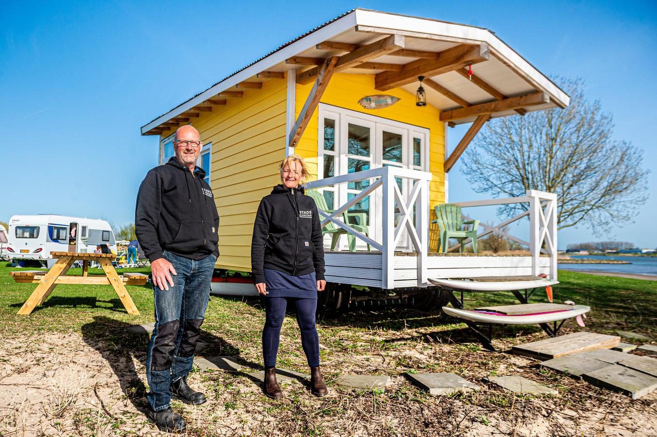 Elske en Jan-Luc Coenen van Stadscamping Schoonhoven staan te trappelen om het kampeerseizoen weer te beginnen op hun vernieuwde camping aan de Lek.
